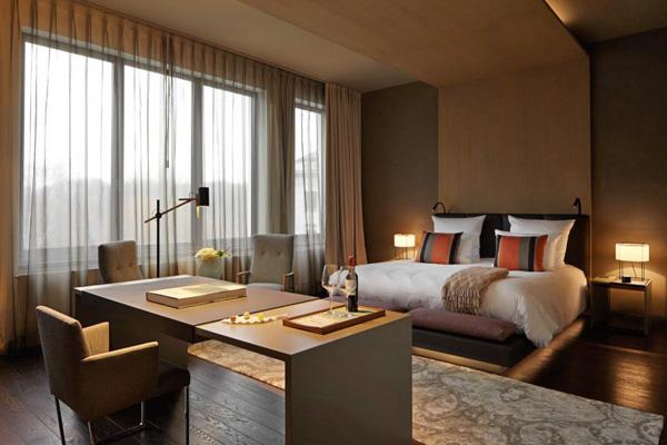 Une chambre aux teintes boisées et couleurs neutres