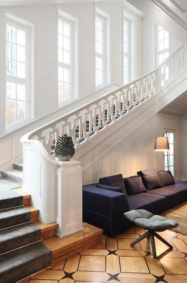 Escalier magistral dans le hall