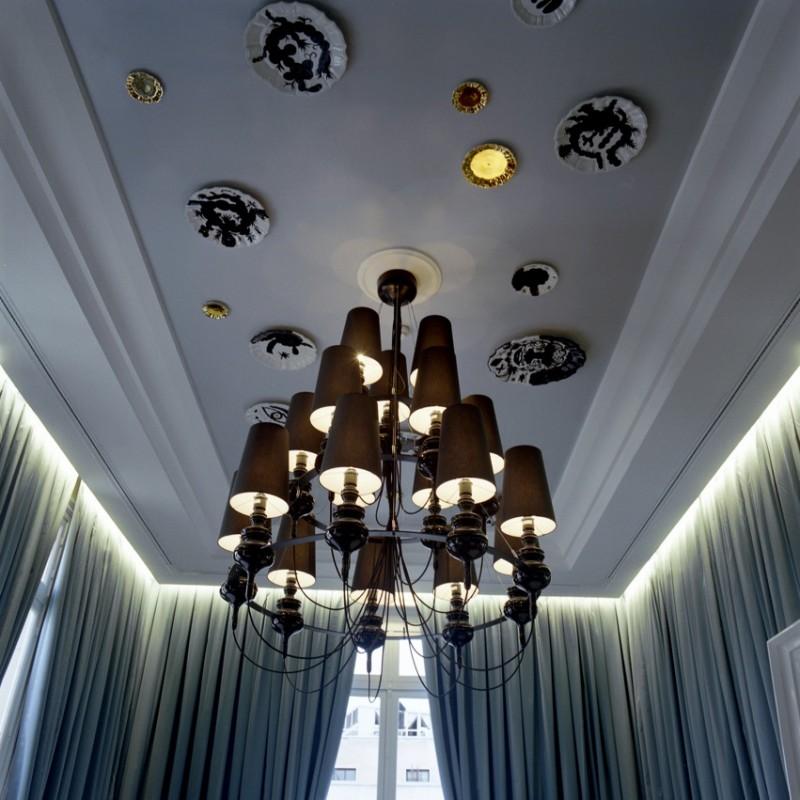 Des assiettes sont accrochées au plafond !