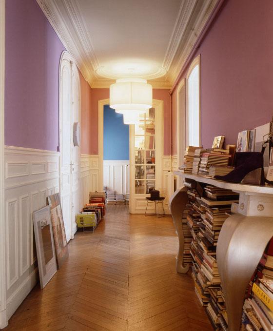 Le couloir est peint en parme pour plus de fantaisie