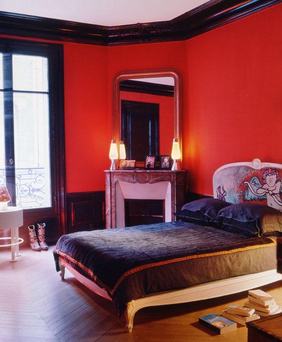La chambre, en rouge et noir