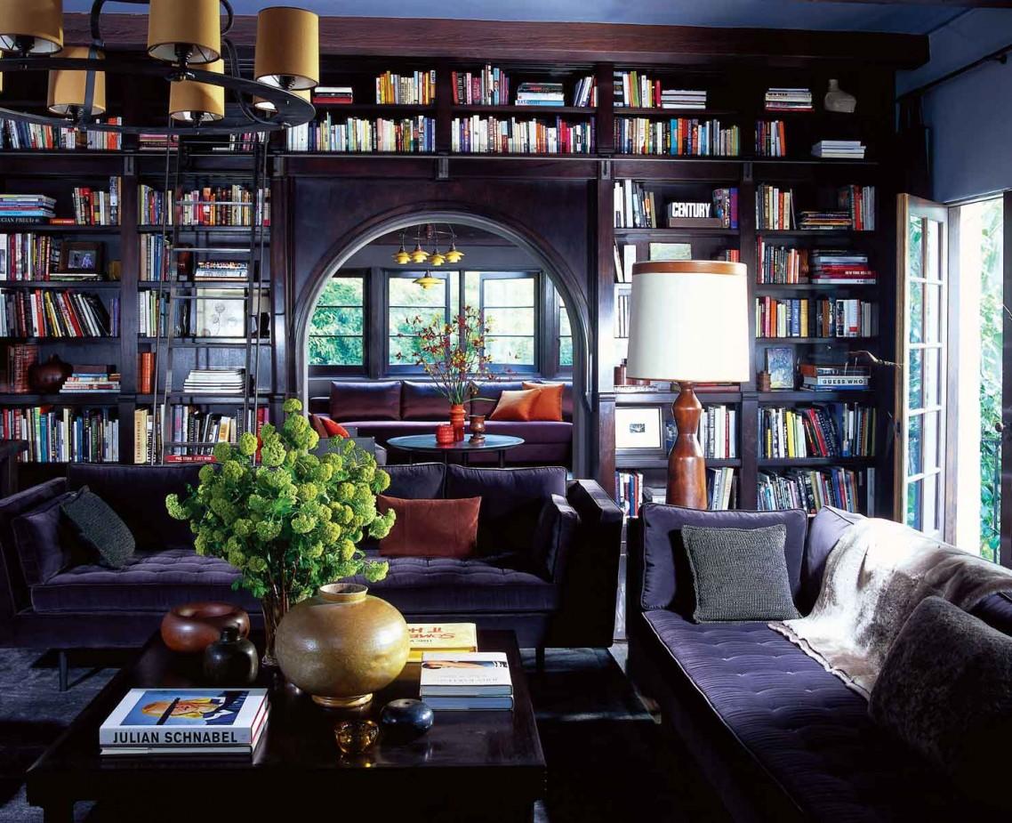 Un pan de mur entier est dédié à la bibliothèque