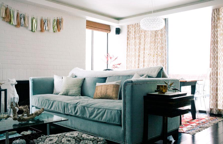 Le séjour : un canapé cosy, une guirlande de pompons... 100% girly !