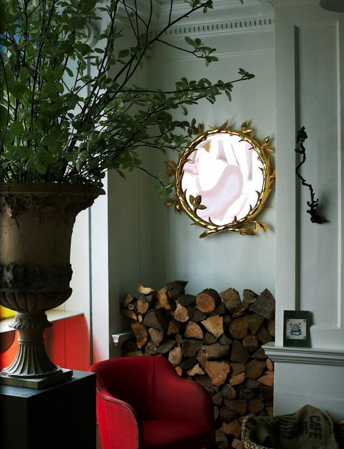 Miroir doré au mur