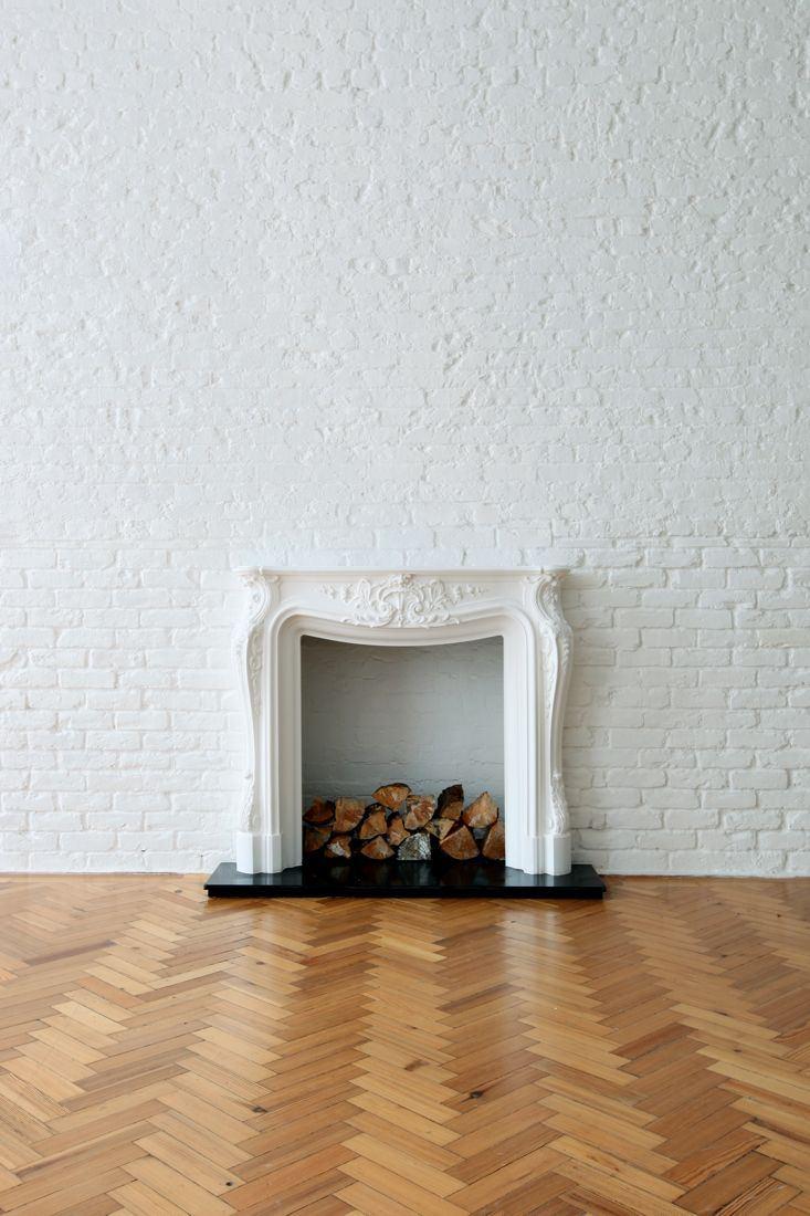 Mur en briques blanches et cheminée ancienne