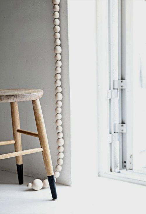 Tabouret en bois et suspension en perles en bois