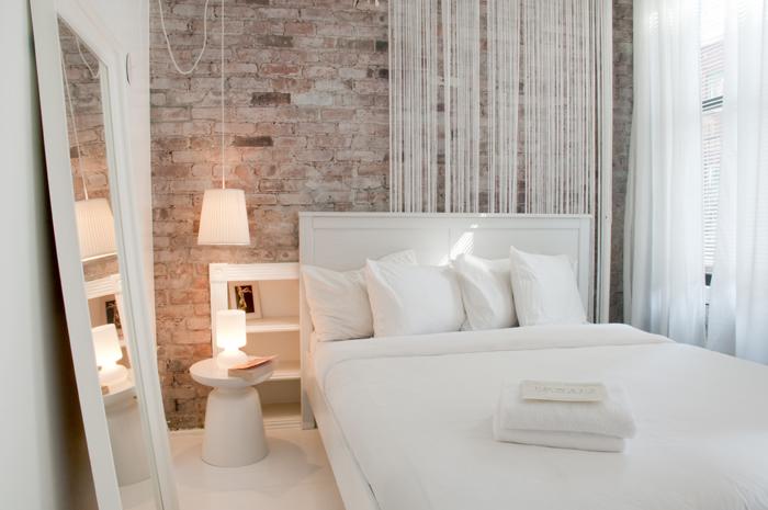 Chambre avec mur en briques rouges