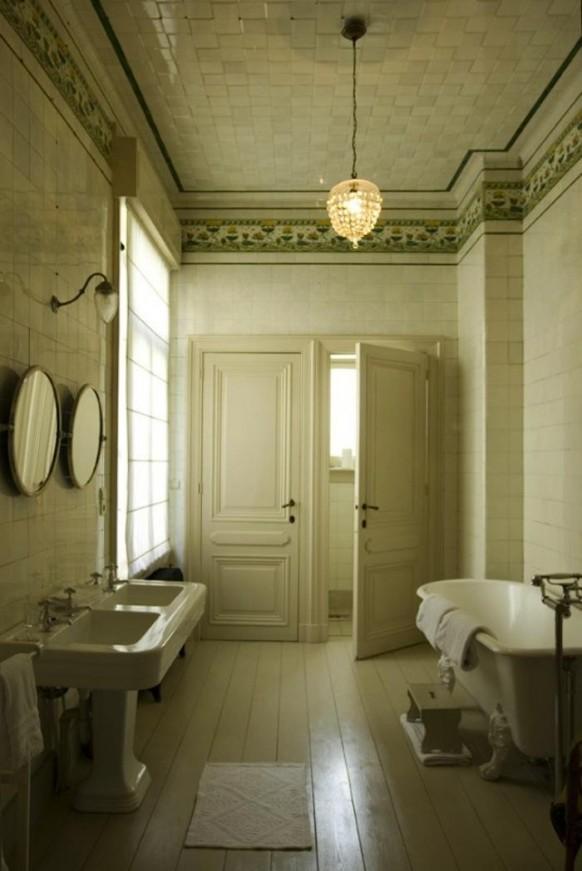 Salle de bain ancienne avec baignoire à pattes de lion
