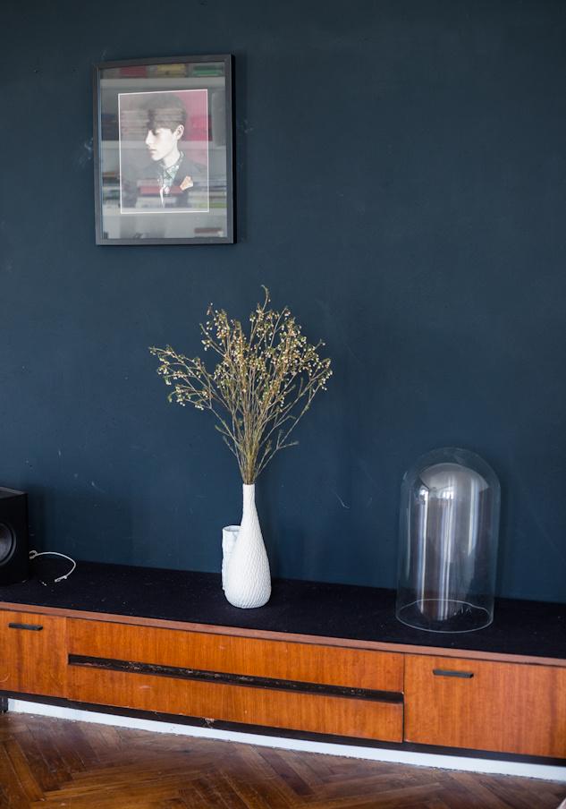 Un mur bleu foncé chez Antonia Siegmund