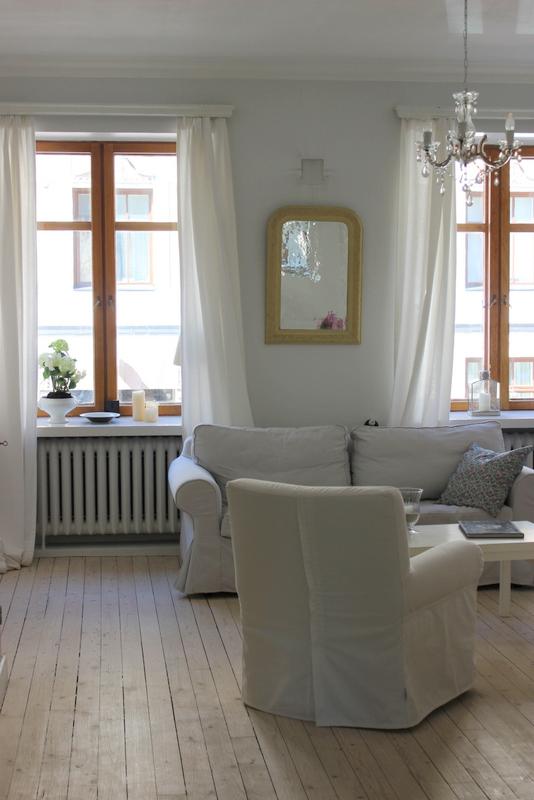 Les canapés blancs et cosy du séjour