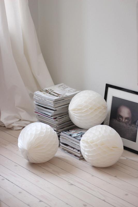 Pompons en papier blancs