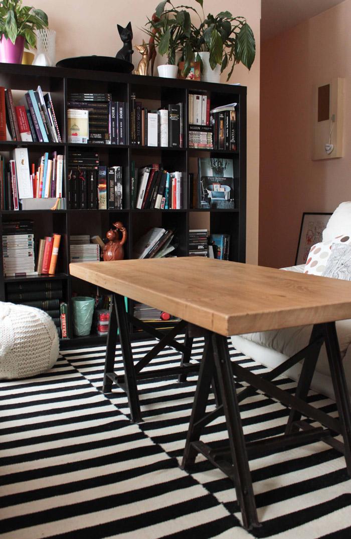 Table basse style industriel et pouf en tricot