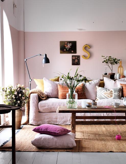 Séjour d'inspiration scandinave aux couleurs douces et poudrées
