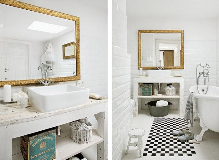 Miroir doré ancien dans la salle de bain