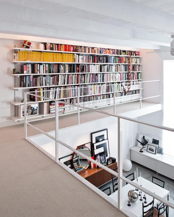Bibliothèque sur tout le pan d'un mur