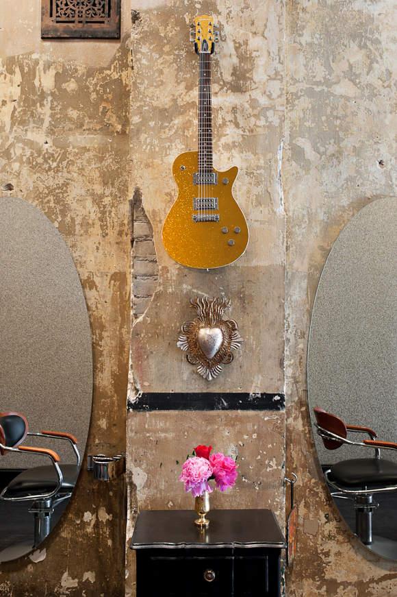 Une guitare accrochée au mur comme élément de déco