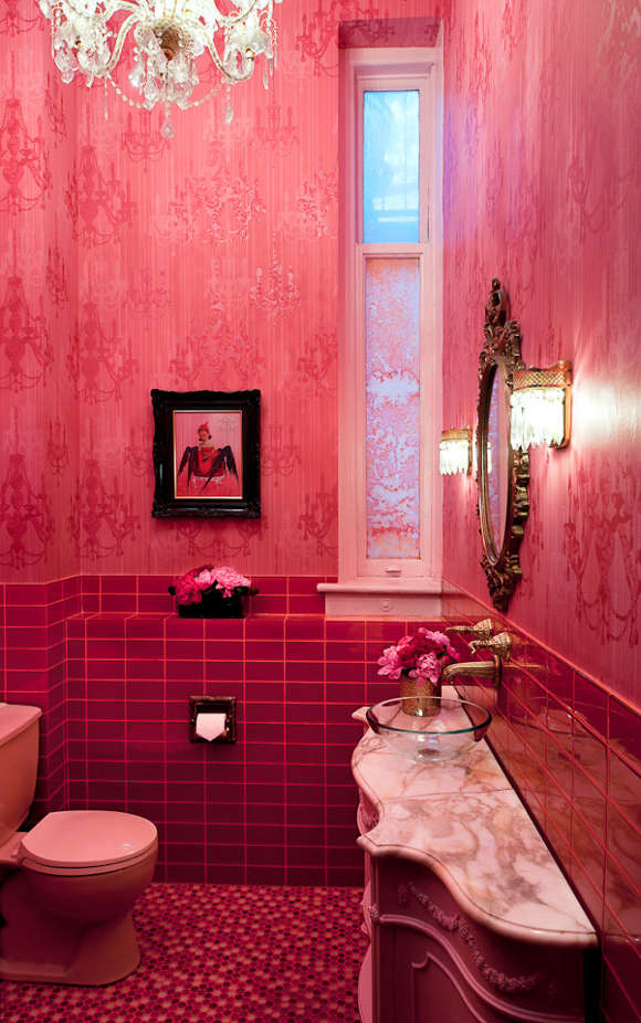 Toilettes roses au style baroque contemporain