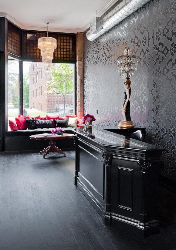 Un salon de coiffure au style glam 39 rock frenchy fancy for Interieur salon de coiffure