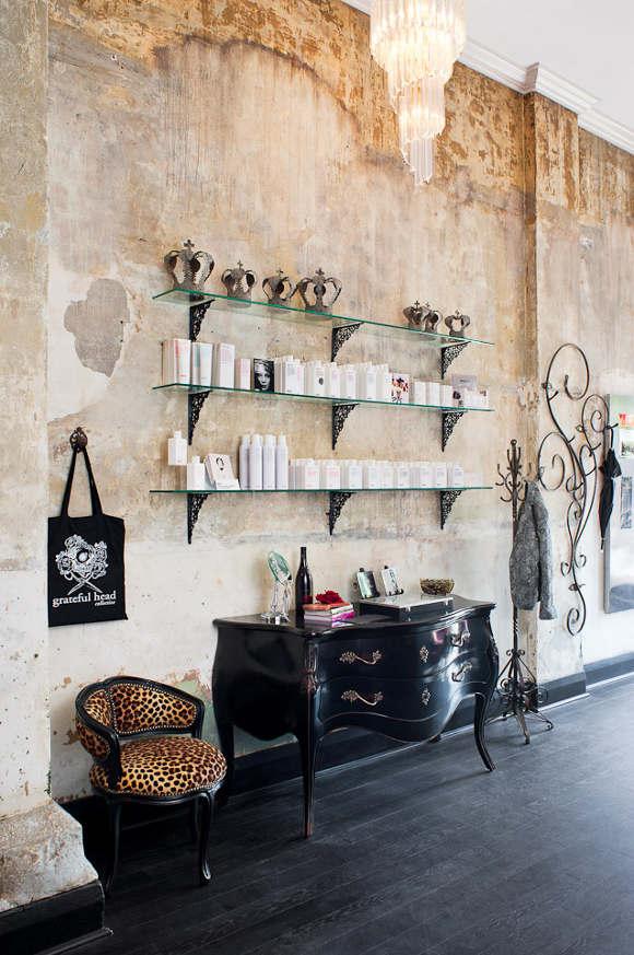 Mélange de mobilier en fer forgé, classique et contemporain