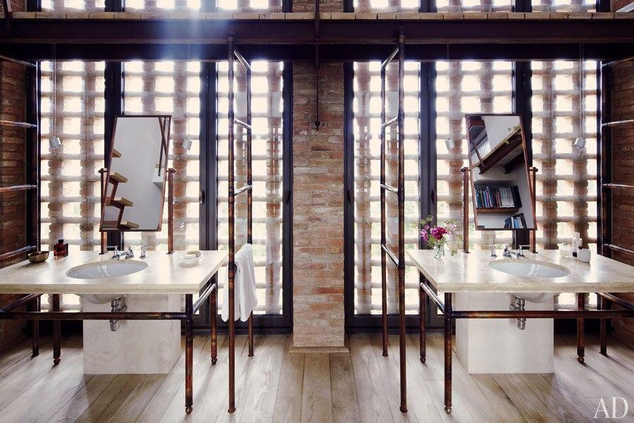 Salle de bain en marbre blanc et tuyaux de cuivre