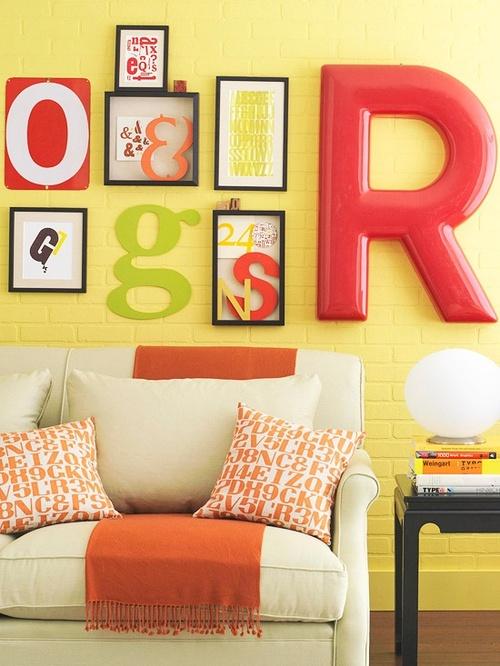 Accumulation cadres mur et lettre vintage