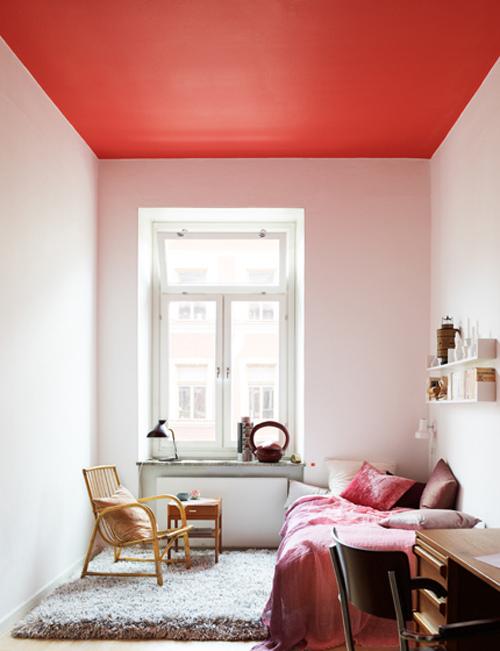 Chambre avec plafond coloré