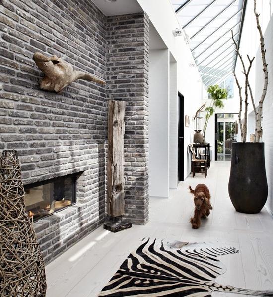 Mur en brique, verrière et tapis peau de zèbre