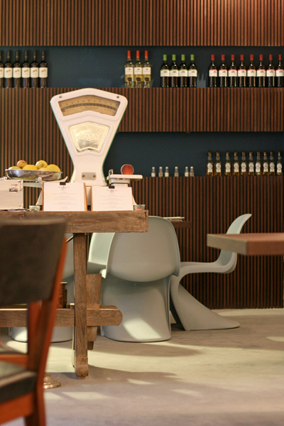 Bardage en bois et Panton Chair