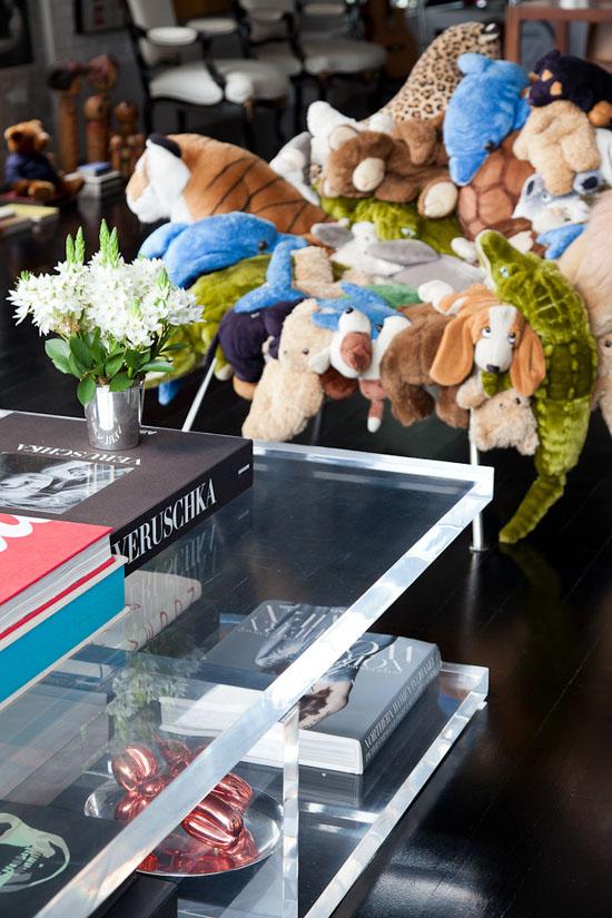 Fauteuil peluches par les frères Campana et table basse en plexiglass