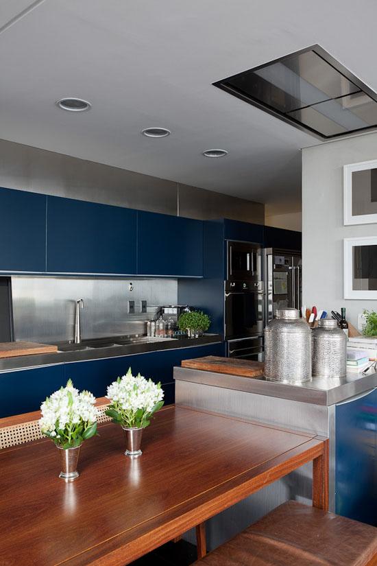 Cuisine bleu et crédence en inox