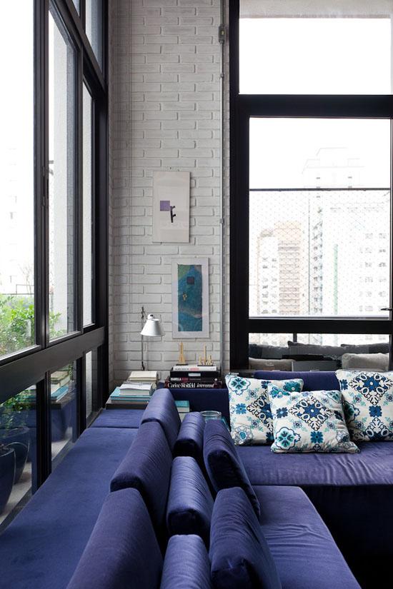 Immenses baies vitrées et canapé d'angle bleu marine