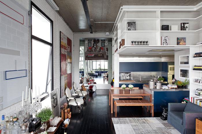 Un loft en gris, bleu, noir et blanc