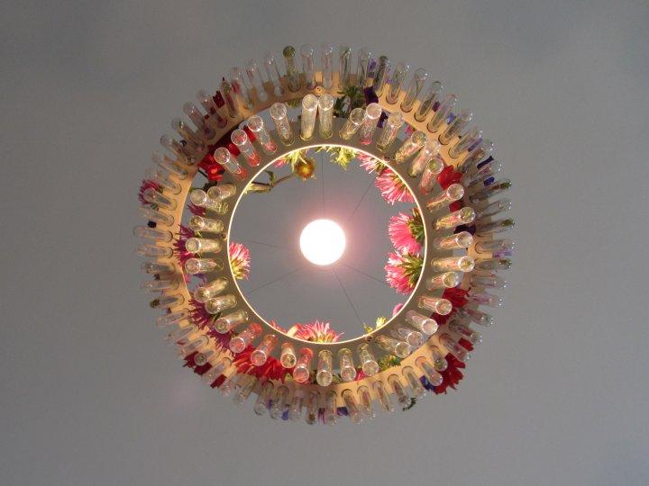 Luminaire poétique avec des fleurs