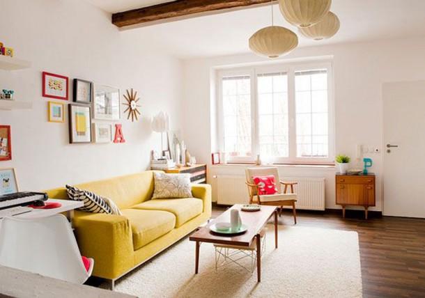 Canapé jaune et meubles vintage