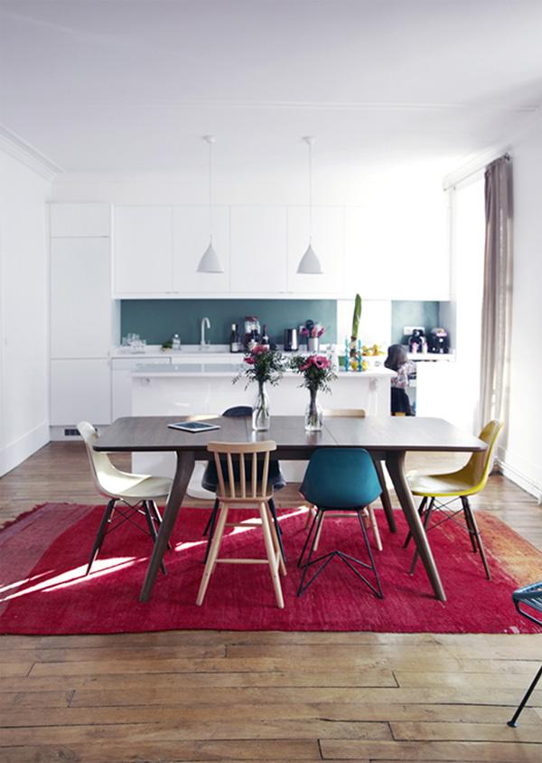 Tapis fushia et chaises dépareillées Eames