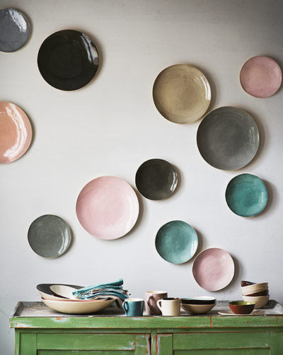 Assiettes pastel accrochées au mur