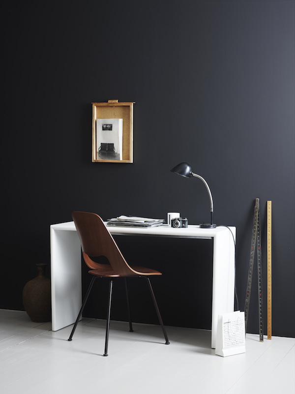 Mur gris anthracite dans un bureau