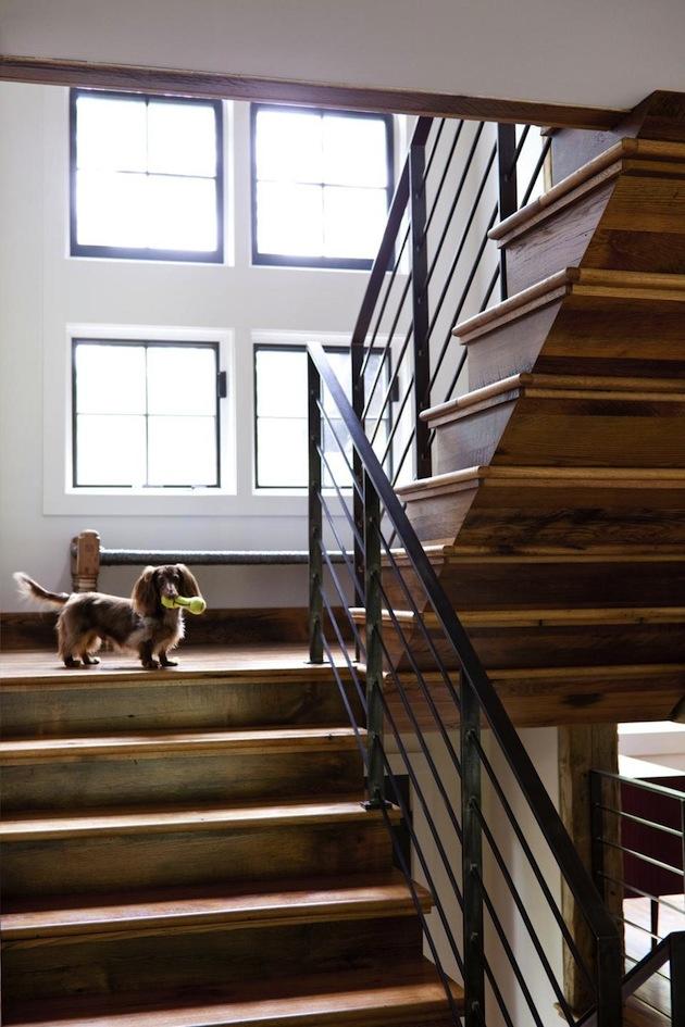 Association de bois et d'acier dans l'escalier de la maison