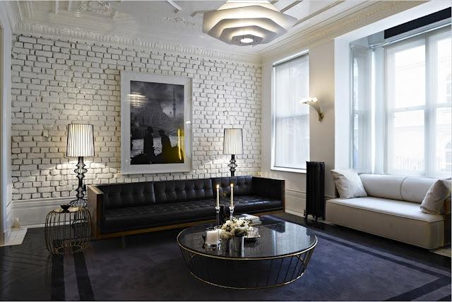 Mur en briques blanches et parquet noir