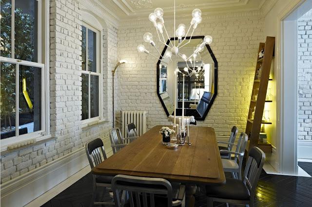 Mur en briques blanches dans la salle à manger