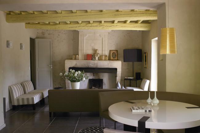 Poutres apparentes peintes en jaune doux et mobilier dans les tons beiges
