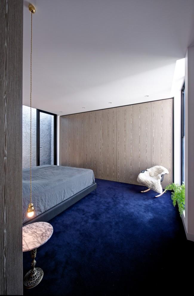 Moquette bleue dans une chambre