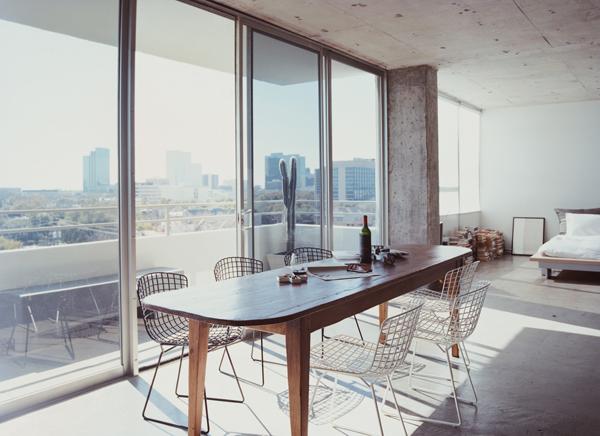 Chaises en acier Harry Bertoia et table en bois