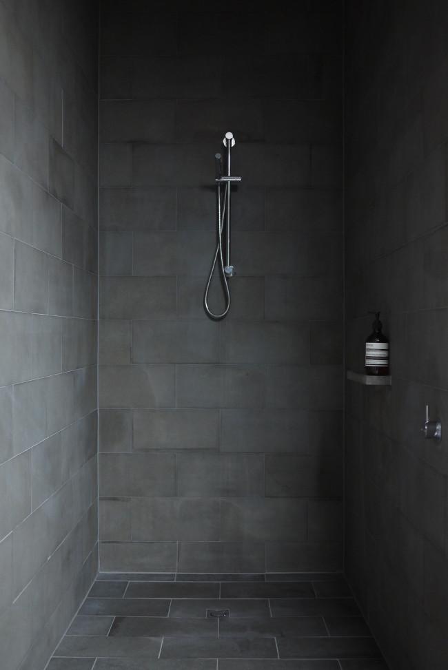 Salle de bain noire épurée