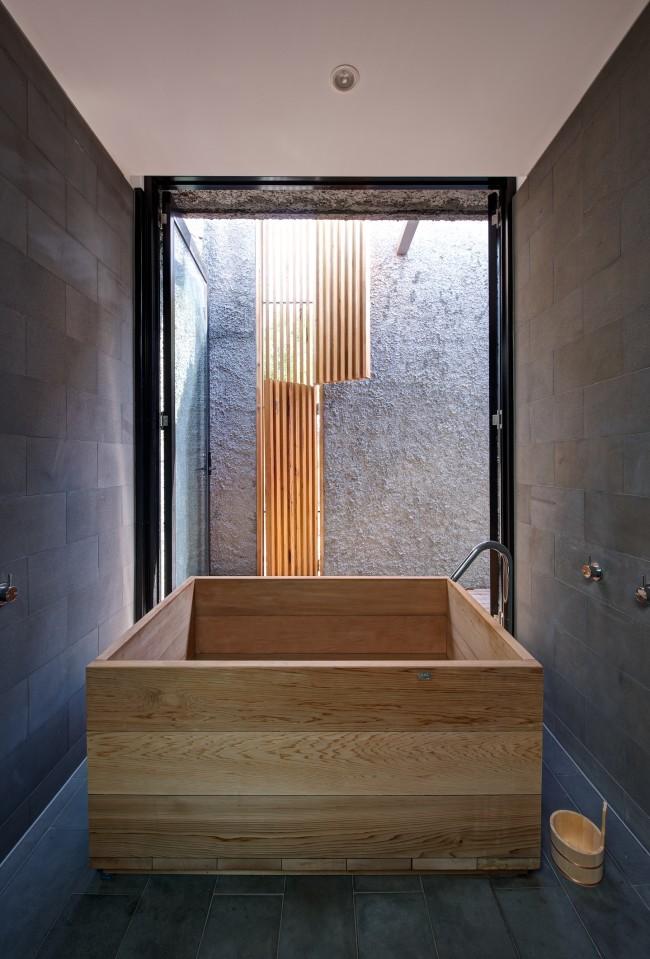 Salle de bain en noir et bois