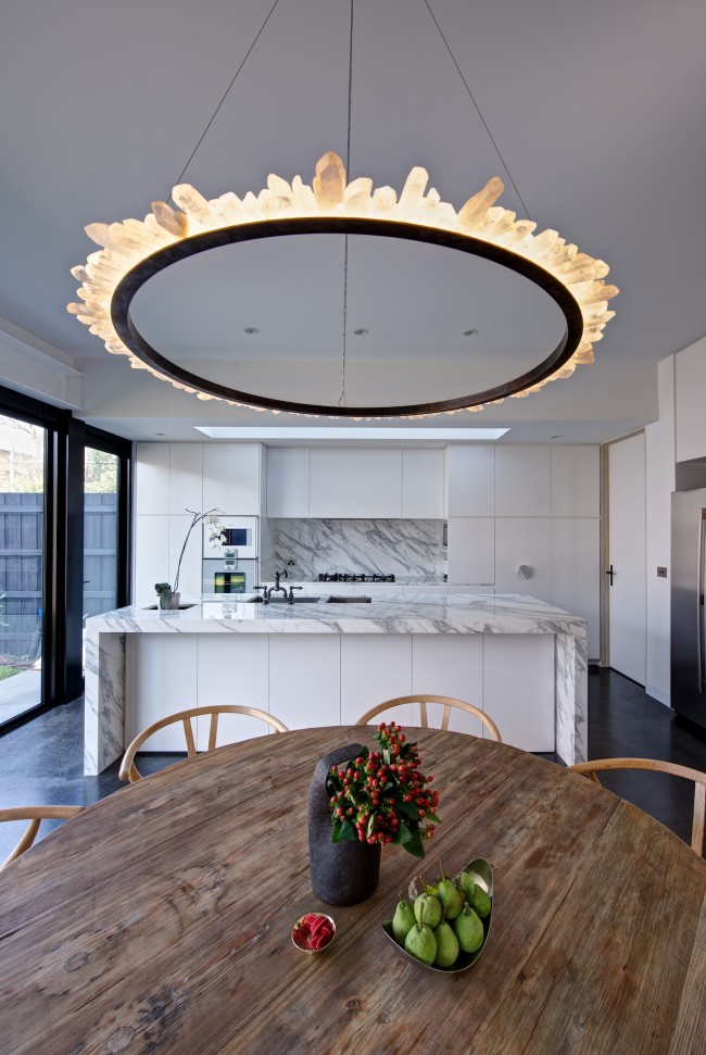 Sobriété et modernisme dans la cuisine en marbre blanc