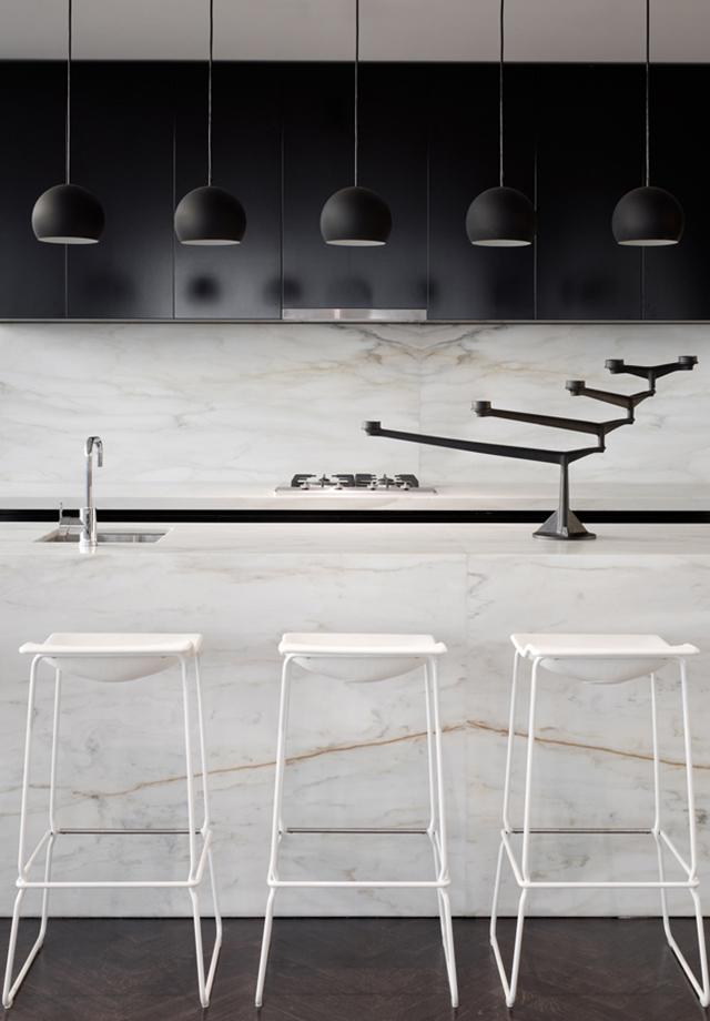 Cuisine noire avec mobilier en marbre