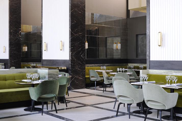 Mobilier en marbre et velours dans les tons noir et vert
