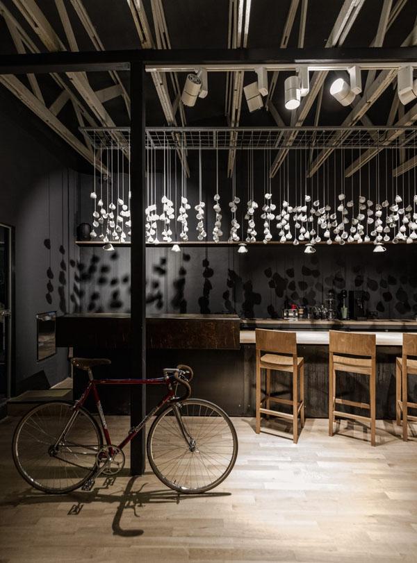 Un bar branché à la décoration minimaliste en Roumanie