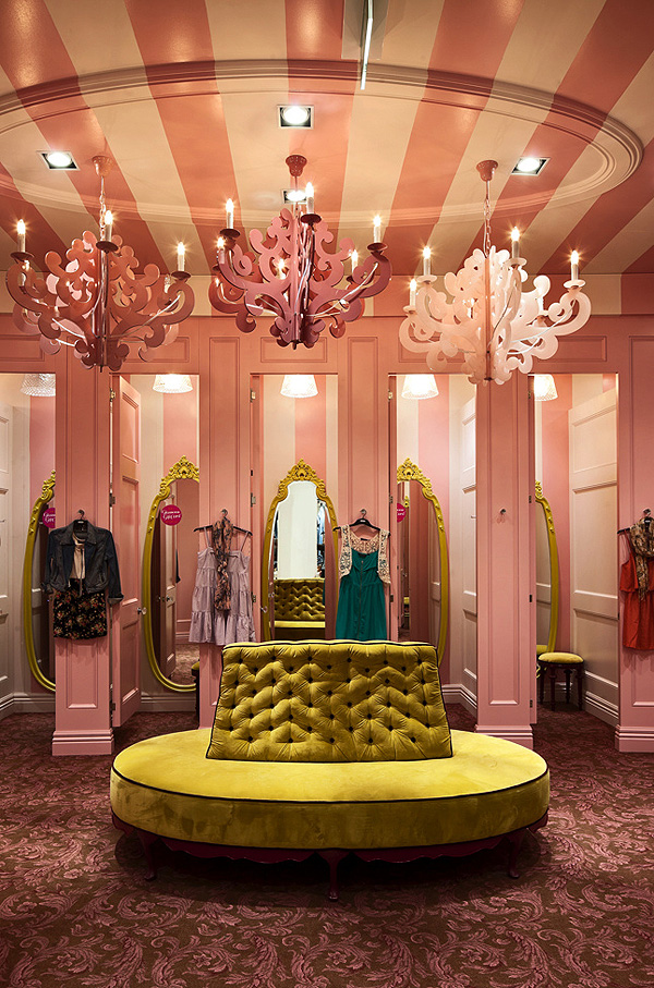 Bayadère rose, banquette capitonnée et lustres baroques